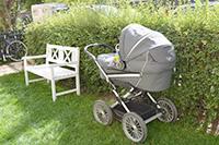 赤ちゃんがお昼寝中のベビーカー。デンマークでよく見られる光景です。